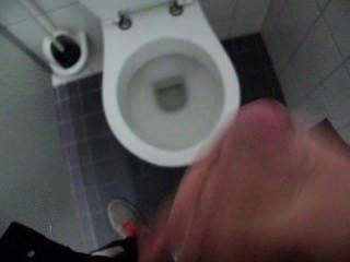 傢伙推理和暨在公共廁所