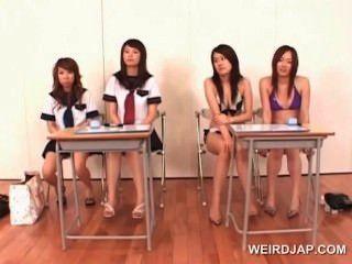 學院的亞裔女孩學會給完善的口交