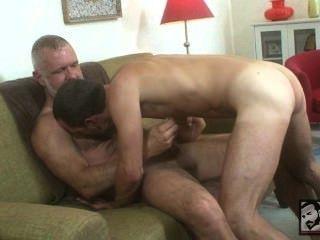 毛茸茸的爸爸磅他的男孩