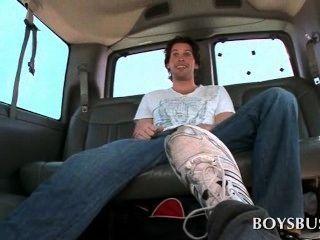 性公共汽車業餘的傢伙他的雞巴同性戀第一次吸
