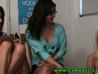 熱和角質的大學女生經常在相機前面有野性