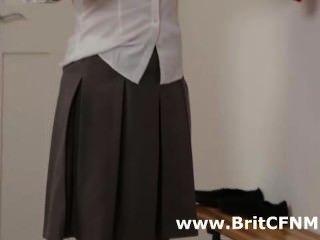 兩個英國cfnm女孩在校服勾引老師