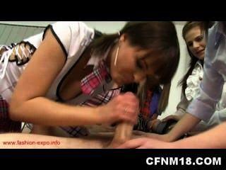 五個熱青少年懲罰他們的人體解剖教師