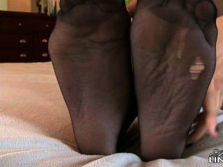 celeste星在襪子很熱,她用腳撫摸你