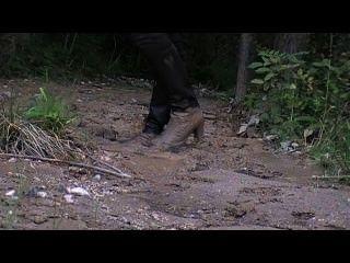 高跟皮靴和緞褲在軟泥中