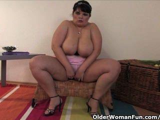 胖的和成熟的媽媽與大山雀自己與一個假陽具