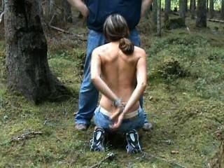 juliette捕獲的騎自行車者濫用口交在樹林裡