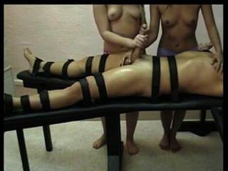 femdom handjob由兩個熱的女孩