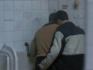 兩個熱傢伙在公共廁所見面...
