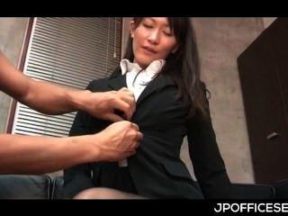 吸引人的亞裔秘書剝奪和戲弄由她的老闆