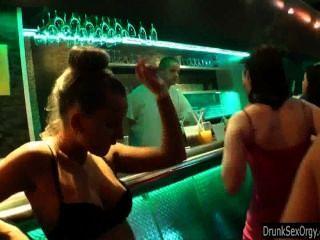 女同性戀者在俱樂部有樂趣