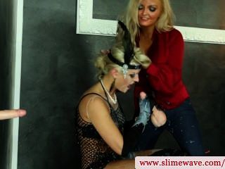 bukkake女同性戀者使用strapon在hd的gloryhole