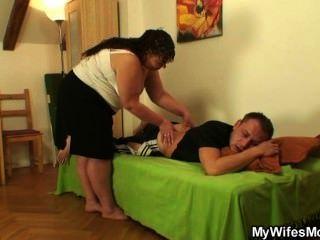 他的妻子離開了,他在法律上轟炸了胖母親