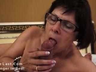 熱奶奶愛的年輕公雞