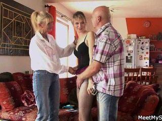 她和他的父母有三人行