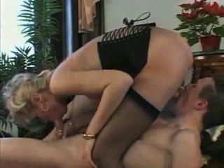 令人驚嘆的年輕金發女郎得到她的公雞接觸和性交