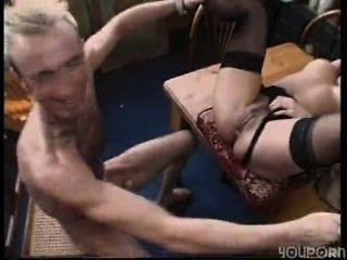 性感的黑髮家庭主婦在她的工作地點變得毛茸茸