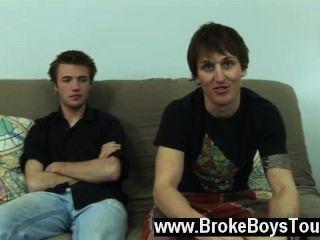 同性戀xxx丹尼爾坐在被褥旁邊,價格跪在他旁邊,和