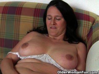 胖和成熟的主婦得到手指由攝影師性交