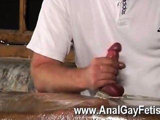 性感的同性戀塞巴斯蒂安有螺柱限制盧克在桌子後