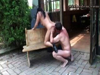 妻子在陽台上給了她丈夫