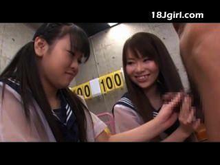 兩個亞洲女學生