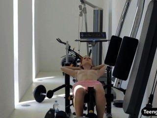 做在健身房的紅頭髮人青少年的hottie一種裸體鍛煉