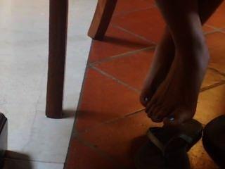 性感坦率的亞洲腳和被繪的腳趾在圖書館(面孔結束時)