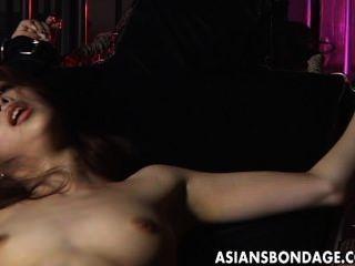 性感的女孩被捆綁和他媽的大機器