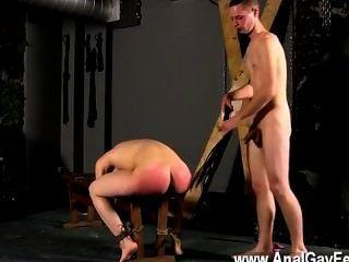 同性戀的性別綁在板凳上與他的插槽顯示,克里斯蒂安第一