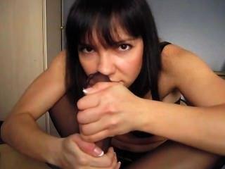 嗅她自己的臭腳