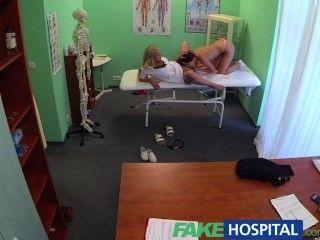 偽造的醫生公雞和護士舌頭治療沮喪的角質病人
