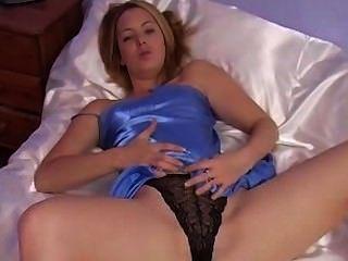金發有樂趣與性感的藍色緞睡衣