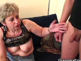 奶奶在手淫後需要兩隻公雞