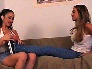 朋友迷戀她的腳