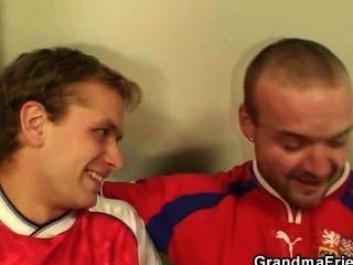 奶奶必須得到兩個男人的性交