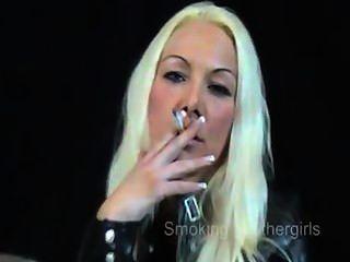 吸煙女孩的皮褲
