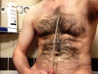 在我的毛茸茸的胸部上噴灑小便噴泉