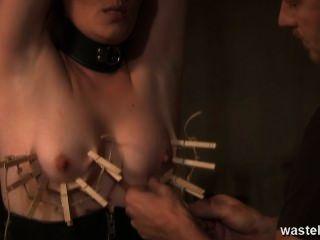 她被鞭打,她的乳頭被釘住