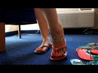 性感的腳在拖鞋繪的腳趾