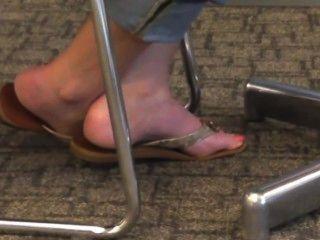 坦率的金發腳和腳趾在拖鞋