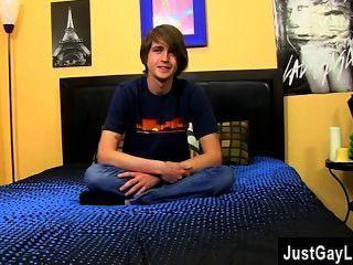 同性戀運動員二十歲的亞歷克斯的獵人是一個鳳凰的地方,所以我們讓他下降