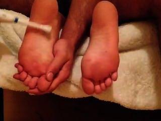 男人撓痒折磨女孩鞋底!