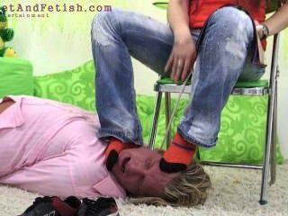 德國女孩力量傢伙舔她的腳
