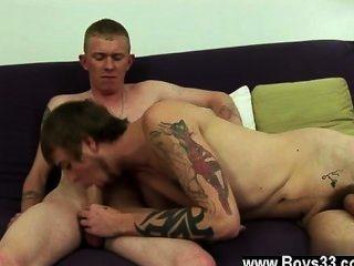 同性戀狂歡夏恩回到工作室繼續他的付費同性戀