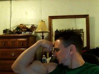 tony d健美運動員擺姿勢炫耀他驚人的尖銳的二頭肌!