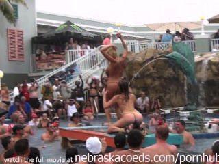 這個熱帶度假村泳池派對只是熱身