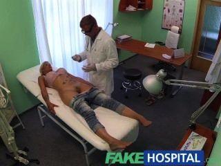 偽造的醫生探查患者貓與他的公雞