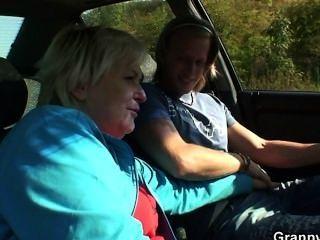 他拿起和他媽的搭便車的奶奶