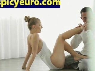 青少年歐洲芭蕾舞演員地板他媽的她剃光